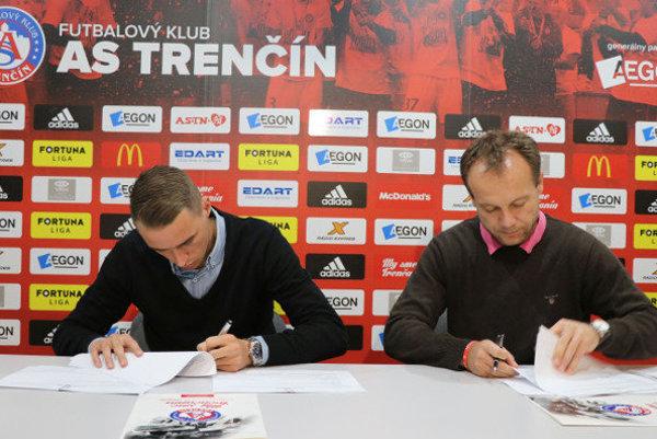Dvadsaťtriročný futbalista podpísal zmluvu na tri roky.