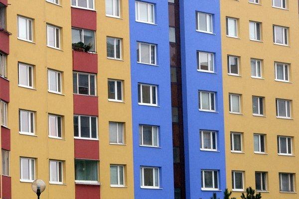 Najčastejším riešením v slovenských bytovkách je postupná obnova. Tak napríklad bytový dom najskôr vymení dvere a okná, neskôr zateplí a tak ďalej (opačný postup je horšou voľbou).