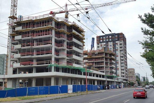 V druhom kvartáli sa v Bratislave predala takmer polovica z ponuky nových bytov. Tento rekord by sa však podľa analytikov nemal stať štandardom.
