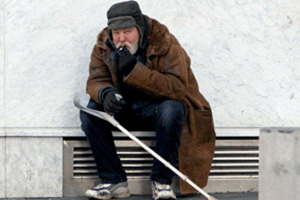 Mnohí bezdomovci si za vyžobrané peniaze kupujú alkohol.