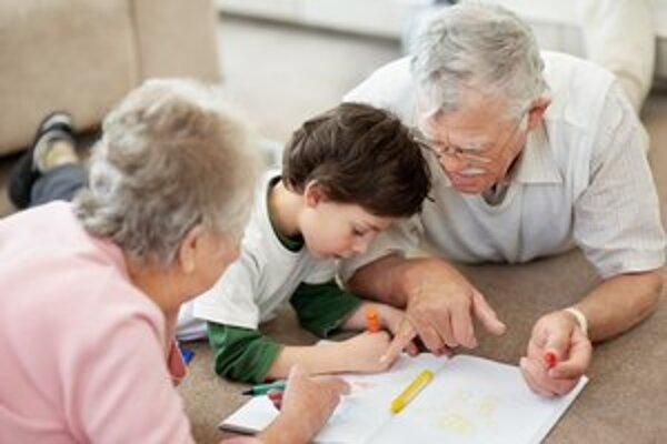 Pedagógmi sa dočasne môžu stať  v novembri aj starí rodičia.