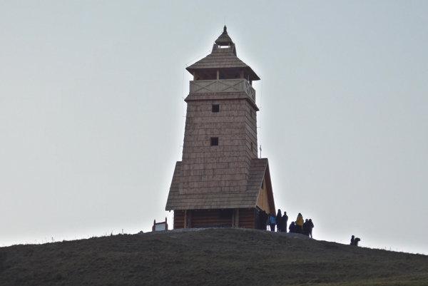 Vyhliadková veža s kaplnkou v sedle Zbojská.