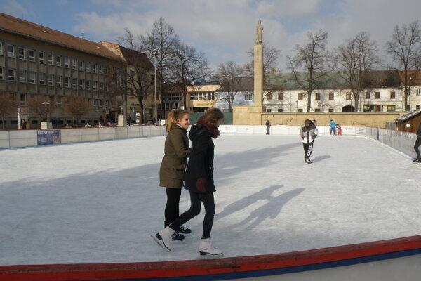 Ľadová plocha v minulých rokoch vždy lákala milovníkov korčuľovania.
