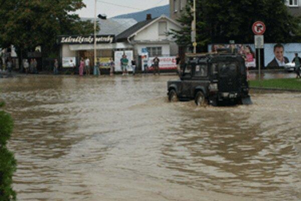 Samospráva vyčlenila ďalšie peniaze na odstraňovanie následkov povodne.