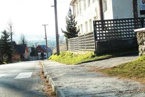 Chodník pri kostole chce obec budúci rok zrekonštruovať ako prvý.
