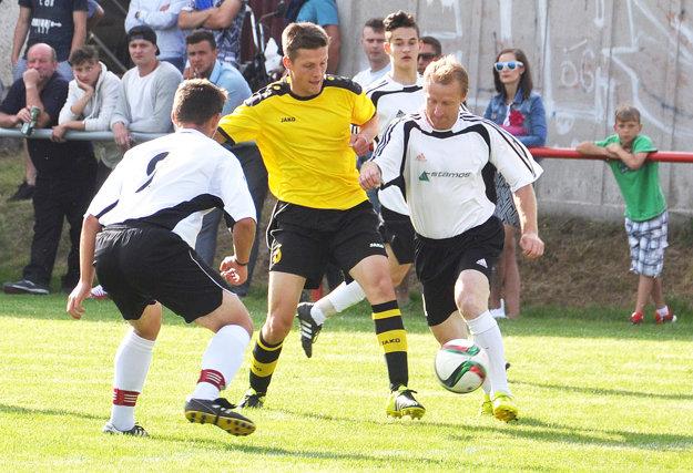 Derby Bobrova (v žltom) a Oravskej Jasenice (v bielom) sa konalo hneď v úvode sezóny.