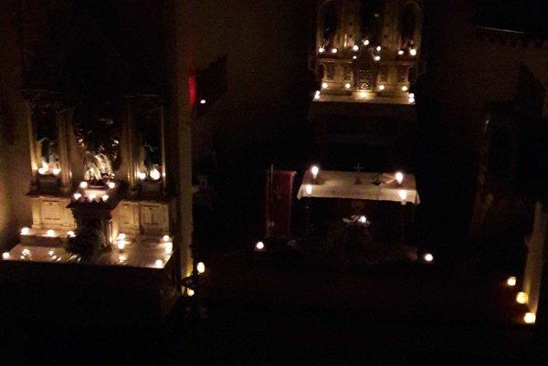 Chrám sv. Jakuba počas rorátnj sv. omše.