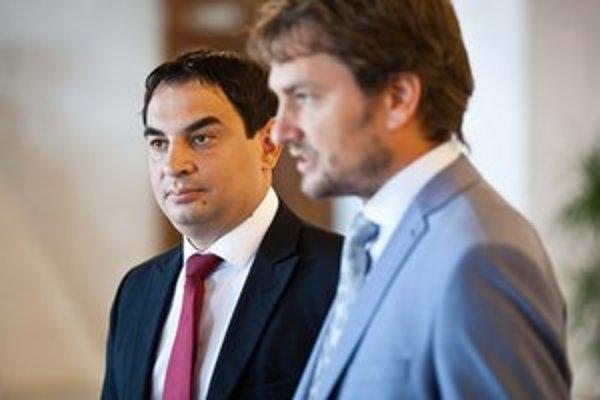 Vládny splnomocnenec Peter Pollák (vľavo) by podľa Igora Matoviča nemal do práce ťahať politiku.
