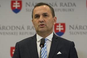 Poslanec NR SR Dušan Tittel (SNS) počas tlačovej konferencie k schválenej novele zákona o šport.