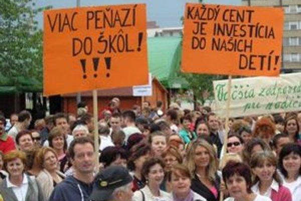 Takmer 600 učiteľov sa stretlo 13. septembra na Námestí republiky v Lučenci.