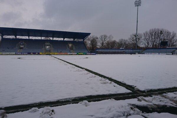 Michalovská hracia plocha je pod snehom. Je otázne, či zajtra bude spôsobilá.