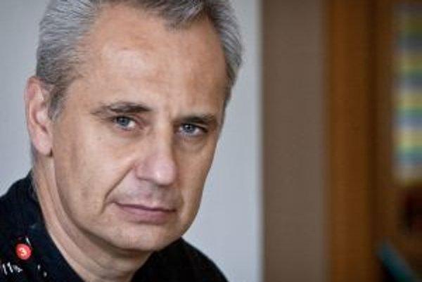 Narodil sa v roku 1964 v Bratislave. Vyštudoval Matematicko-fyzikálnu fakultu na Univerzite Komenského. Pracoval ako vysokoškolský pedagóg, neskôr v komerčnej sfére v oblasti vývoja softvéru. Dnes je na voľnej nohe, živí sa ako vývojár softvéru, analytik,