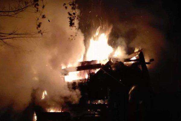 Požiar domu v osade je mimoriadne rozsiahly.