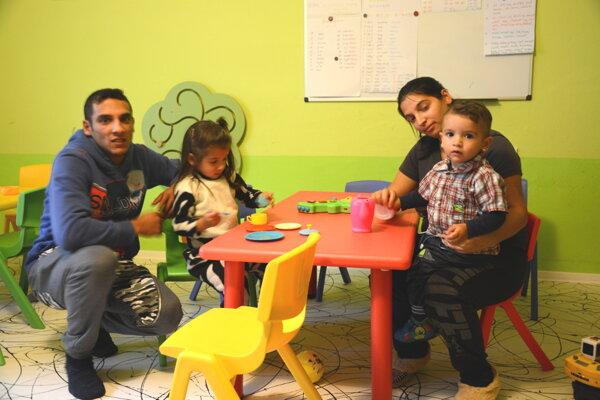 Mladá rodinka zDobšinej. So svojimi ratolesťami pravidelne navštevujú rodičovské centrum.