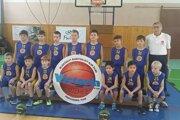 Malí basketbalisti s trénerom Jánom Hatalom.