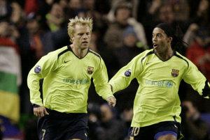 Eidur Gudjohnsen (vľavo) a Ronaldinho počas pôsobenia v FC Barcelona.