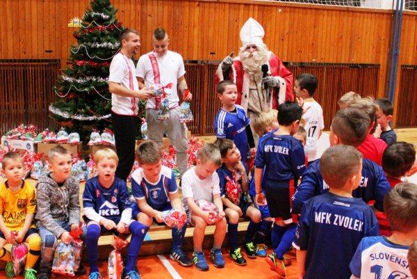 Mikuláš medzi malými futbalovými nádejami Zvolena.