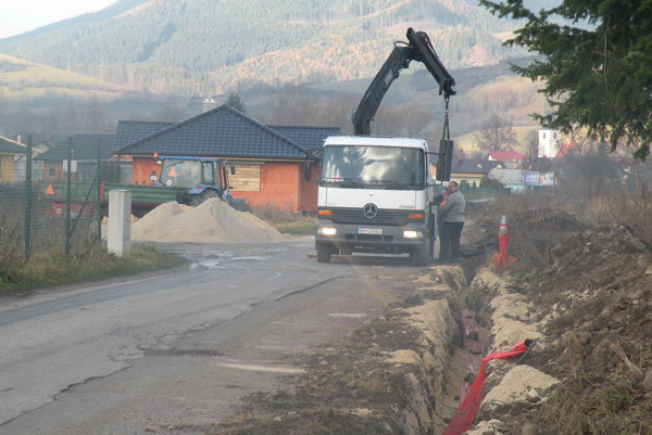 Práce začali pre oneskorené stavebné povolenie až vnovembri. Doteraz zakopali takmer kilometer káblov. Do Vianoc by však mali skončiť.