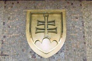 Mozaiku v budove trnavského úradu nesmeli po rozdelení Československa narušiť. Dvojkríž  preto len prelepili cez federálny znak.