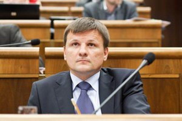 Alojz Hlina počas rokovania parlamentu.