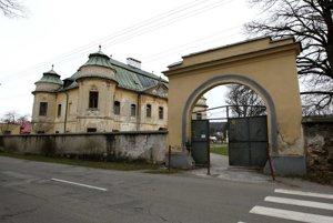 Barokový kaštieľ v Hronseku čaká na obnovu.