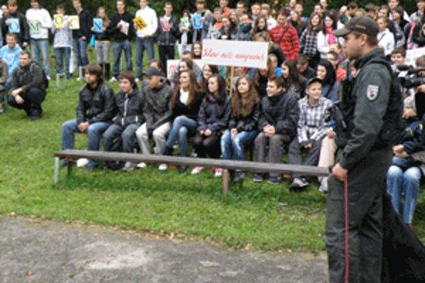 Policajti ukázali študentom, ako zasahujú.
