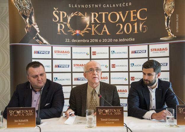 Na snímke zľava Ján Kakaščík z B&D Agency, predseda Klubu športových redaktorov (KŠR) Tomáš Grossman a Marek Jusko z B&D Agency.