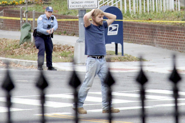 Edgar Maddison Welch chcel informácie z falošnej správy vyšetriť sám. Na personál vytiahol zbraň a vystrelil do steny.