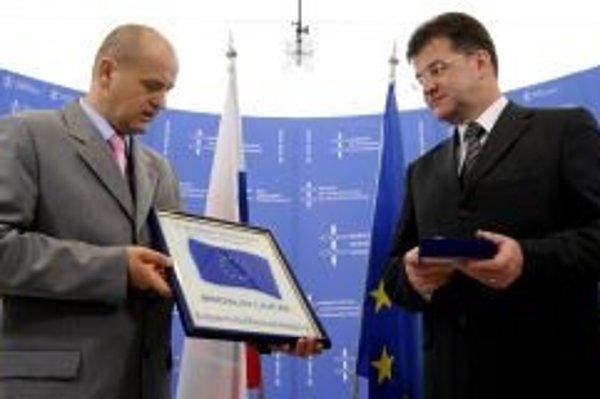 Minister zahraničných vecí Miroslav Lajčák a vľavo predseda za EU hnutie v Bosne a Hercegovine Predrag Paraštalo mu odovzdáva dar ako vďaku za podporu eurointegračných snáh Bosny a Hercegoviny počas ich stretnutia.