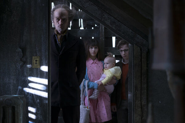 Síce Neila Patricka Harrisa ťažko spoznáte, no na snímke stojí úplne vľavo, zamaskovaný do role diabolského zloducha grófa Olafa
