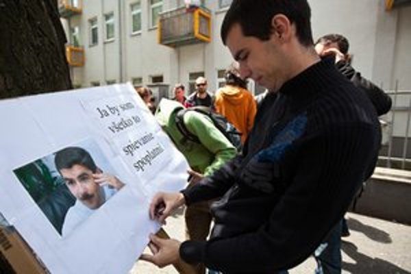 Účastníci protestnej akcie s názvom Spevokol za samovoľnú implóziu SOZY pred sídlom SOZA.