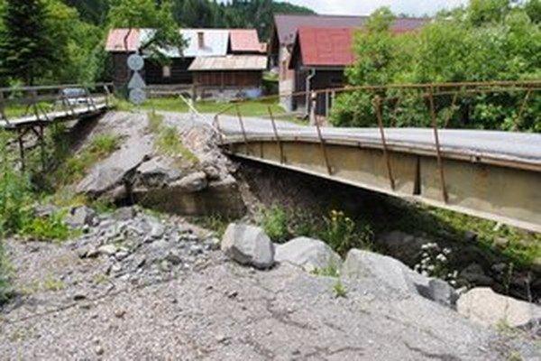 Archívna fotografia z roku 2010, zničený most po povodni.