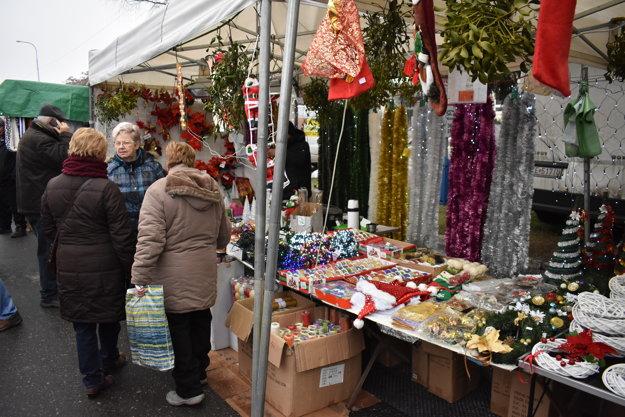 Vianočné trhy poslúžili aj na nákup darčekov.