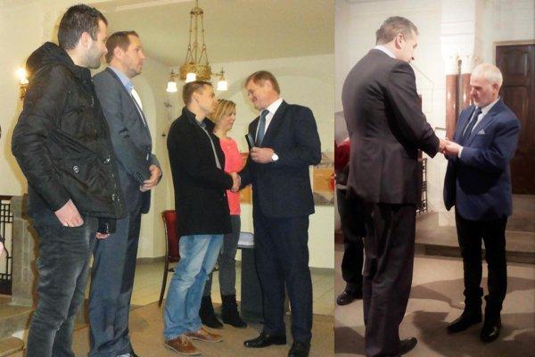 Sekretár ObFZ Nitra Vladimír Lyžičiar (na snímke úplne vpravo) dostal Kňazovického plaketu z rúk primátora Jozef Dvonča.