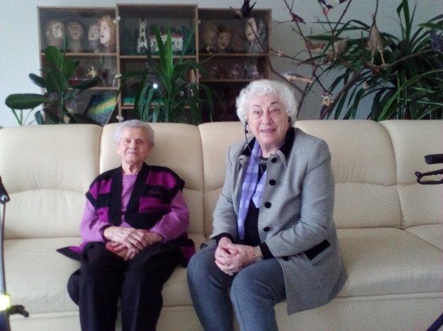 Pani Anna (vľavo) a pani Mária trávia vianočné sviatky v domove