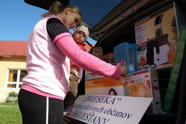 Mnohí z obyvateľov Liešťan, ktorí prišli na referendum, sa zapojili aj do tomboly o ceny.