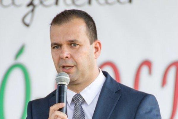 Primátor Petrikán. Vo funkcii je od roku 2006. Zamestnancov chváli.