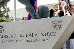 Kubalovo meno na soche pred Nou Campom v Barcelone.