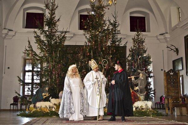 Na deti v Huňadyho sále čakal Mikuláš s anjelom a čertom.