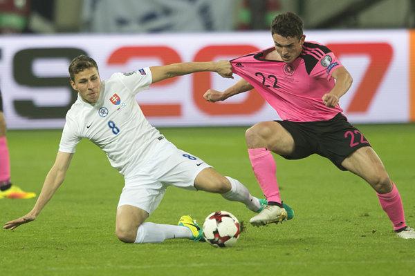 Filip Kiss (vľavo) v kvalifikačnom zápase proti Škótsku.