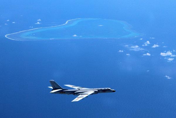 Čínsky bombardér nad Juhočínskym morom.