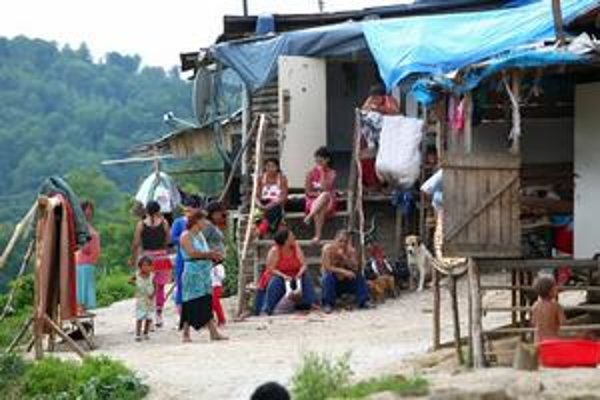 Robert Kaliňák upozorňuje, že zmeny necielia iba na Rómov. Robert Fico však zároveň hovorí, že prudko stúpa počet rómskych spoluobčanov.