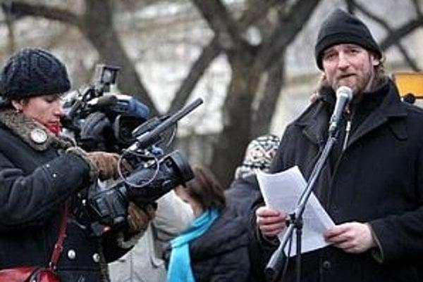 Vydanie knihy, ktorú o kauze Gorila pripravuje novinár Tom Nicholson (na snímke), zastavil súd.