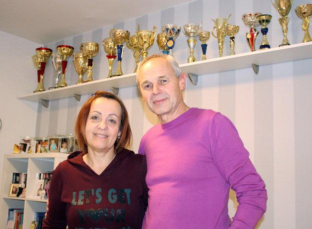 Rodičia Katarína a Viliam v izbe, kde je časť Matejových trofejí.