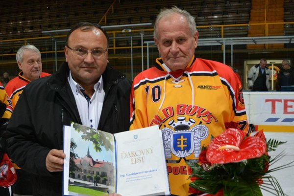 Stanislav Horský pri príležitosti 70. narodenín dostal od primátora Topoľčian ďakovný list.