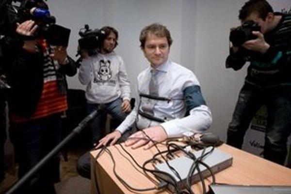 Matovič takto odprezentoval svoj test na detektore.