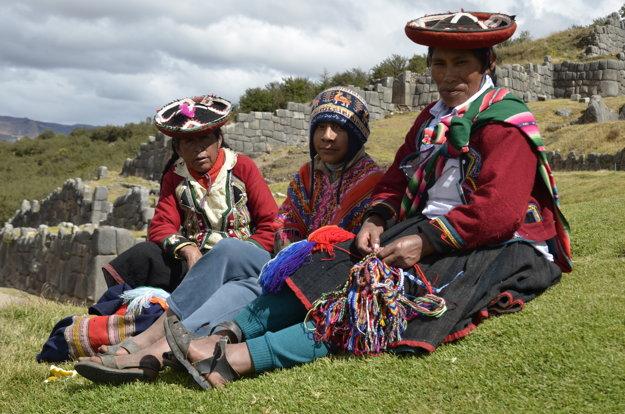 Kečuánci pred starou inkskou pevnosťou v peruánskom Cuzcu.