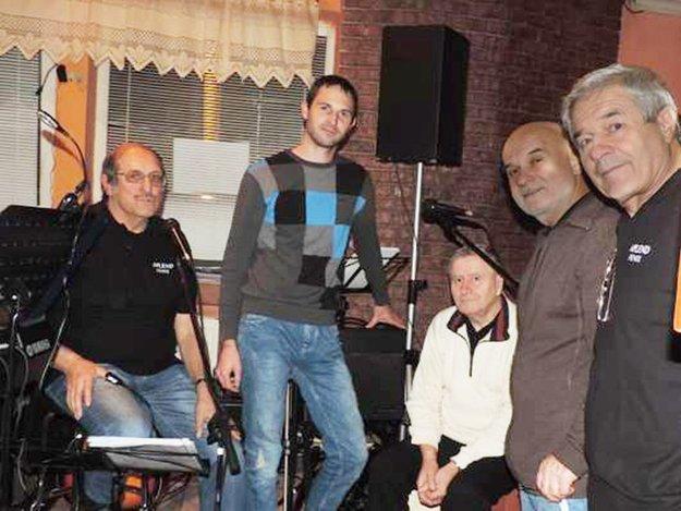 Alexander Zacharides (v strede) so skupinou Fénix.
