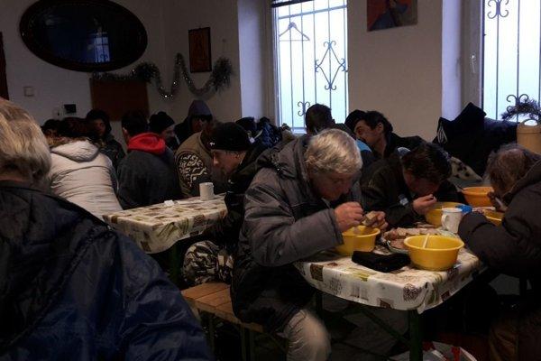 Pre ľudí bez domova bola prichystané vianočné občerstvenie.