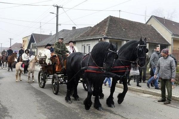 Aj minulý rok sa kone s jazdcami, koč s muzikou a mnoho Soblahovčanov stretlo pred miestnym hostincom.